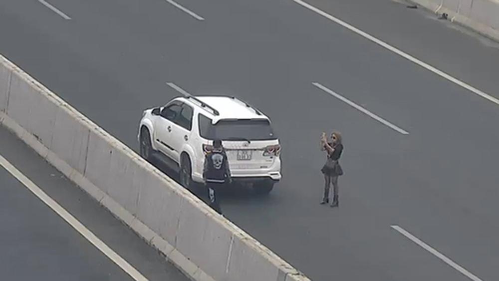 Đôi nam nữ dừng ôtô giữa đường cao tốc để chụp ảnh